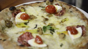 Горячая пицца свежая от печи видеоматериал