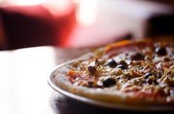Горячая пицца с белыми walleye на таблице Стоковое Изображение RF