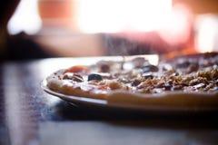 Горячая пицца с белыми walleye на таблице Стоковое Фото