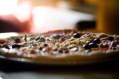 Горячая пицца с белыми walleye на таблице Стоковые Фото