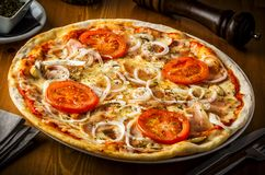 Горячая пицца с грибами, беконом, томатом и луками Стоковое Изображение RF