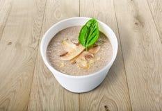 Горячая поставка еды - суп гриба на древесине Стоковое Изображение RF