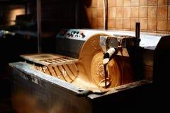Горячая подача или поток молочного шоколада на фабрике Стоковое Фото
