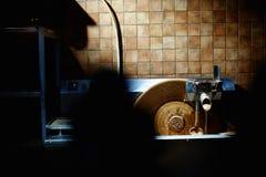 Горячая подача или поток молочного шоколада на фабрике Стоковые Фото