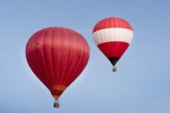Горячая прогулка на воздушном шаре в голубых небесах Стоковые Фото