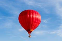 Горячая прогулка на воздушном шаре в голубых небесах Стоковые Изображения