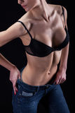 Горячая сексуальная девушка в бюстгальтере и джинсах Стоковые Изображения RF