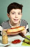 Горячая сосиска кашевара мальчика Preteen красивая самостоятельно большая Стоковые Фото