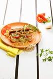Горячая сосиска с салатом айсберга Стоковые Фотографии RF
