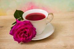 Горячая чашка чаю и розовый цветок Стоковое Изображение RF