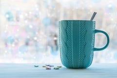 Горячая чашка чаю на нерезкости деревянного стола на фоне окна на зимний день, Стоковое Изображение RF