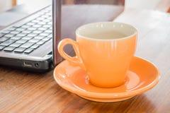 Горячая чашка чаю на таблице работы Стоковое Фото