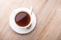 Горячая чашка чая с ложкой стоковые изображения rf