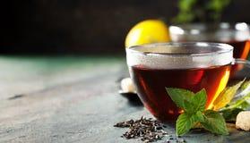Горячая чашка чая с мятой и сахаром Стоковое Фото