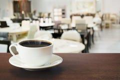 Горячая чашка черного кофе на столешнице в кафе indoors стоковое фото rf