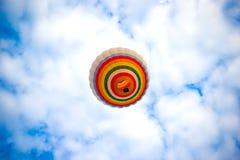 Горячее летание воздушного шара в небе Стоковые Изображения