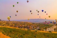 Горячее летание воздушного шара в Cappadocia, Турции Стоковые Изображения