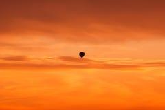 Горячее летание воздушного шара на небе захода солнца Стоковое Изображение