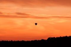 Горячее летание воздушного шара на небе захода солнца Стоковое фото RF