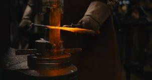 Горячее заготовка металла на наковальне стоковое фото