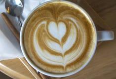 Горячее искусство кофе Latte в белой чашке Стоковое Фото
