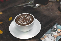 Горячее искусство latte зеленого чая на деревянном столе стоковые изображения