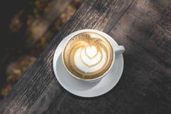 Горячее искусство latte зеленого чая на деревянном столе Стоковое Изображение