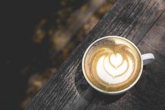 Горячее искусство latte зеленого чая на деревянном столе стоковая фотография