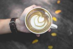 Горячее искусство latte зеленого чая на деревянном столе стоковое фото