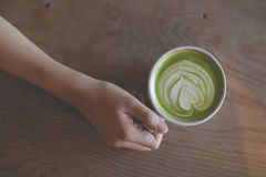 Горячее искусство latte зеленого чая в наличии на магазине кафа таблицы стоковые изображения