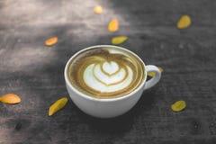 Горячее искусство latte зеленого чая на деревянном столе Стоковая Фотография RF