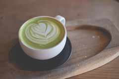 Горячее искусство latte зеленого чая на магазине кафа деревянного стола стоковые изображения rf