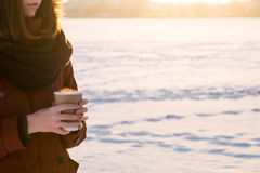Горячее испаряясь питье в руках на снежный холодный зимний день Стоковые Изображения