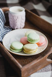 Горячее какао в связанной крышке и красочных macaroons Стоковое Изображение RF