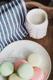 Горячее какао в связанной крышке и красочных macaroons Стоковая Фотография