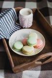 Горячее какао в связанной крышке и красочных macaroons Стоковое фото RF