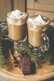 Горячее какао с зефирами и шоколадом на деревянной доске Стоковая Фотография