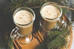Горячее какао с зефирами на деревянной доске Стоковое Фото