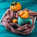 Горячее какао с зефирами тыквы стоковое фото rf