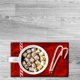 Горячее какао с Marshamllows на красном полотенце с тросточками конфеты Copysp Стоковая Фотография RF
