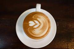 Горячее капучино на деревянном столе в кофейне Стоковое фото RF
