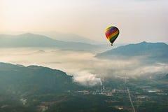 Горячее летание воздушного шара в Vang Vieng, Лаосе Стоковая Фотография RF