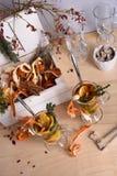 Горячее обдумыванное вино с оранжевыми кусками, циннамон, тимиан на деревянном столе Грея питье с ингридиентами Стоковое Изображение RF