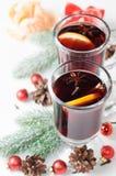 Горячее обдумыванное вино с циннамоном, анисовкой звезды и оранжевым куском Стоковая Фотография