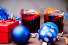 Горячее обдумыванное вино с шариками специй, подарочной коробки и рождества Стоковое Фото