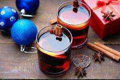 Горячее обдумыванное вино с шариками специй, подарочной коробки и рождества Стоковое Изображение RF