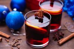 Горячее обдумыванное вино с шариками специй, подарочной коробки и рождества Стоковые Фотографии RF
