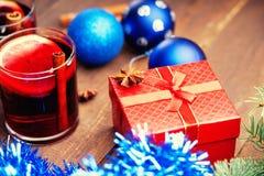 Горячее обдумыванное вино с шариком специй, подарочной коробки и рождества Стоковое Фото