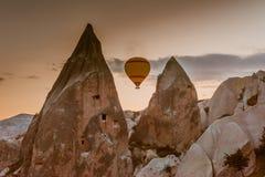 Горячее отключение воздушного шара летая над Cappadocia Стоковые Изображения