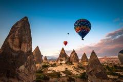 Горячее отключение воздушного шара летая над Cappadocia Стоковое Изображение